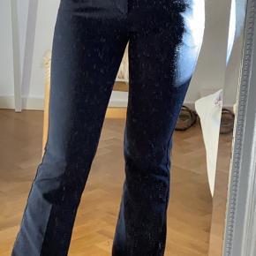 Jeg sælger mine Neo Noir bukser da jeg ikke får dem brugt nok.