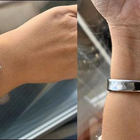 Virkelig smukt Georg Jensen Vivianna ur med hammerslået sølv baggrund.  Str medium Uret er blevet for stort til mig, det har kun været brugt i 5 mdr. og fremstår i flot let brugt stand (enkelte brugsridser uden betydning)  Nypris var omkring 14.000kr.