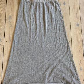 Flotteste nederdel i afslappet facon. Størrelse 2, passer medium/large