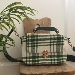 Super sød hvisk taske, i et flot lysegrønt ternet mønstre. Skrive gerne for flere billeder/info❤️