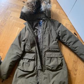 Så fin jakke frakke med flot pels  Brugt og der er kommet en skjold men den er ikke forsøgt taget væk ellers fin Se billeder