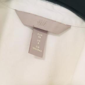 Perfekt hvid skjorte fra H&M, kropsnær model. Kun brugt få gange, er som ny