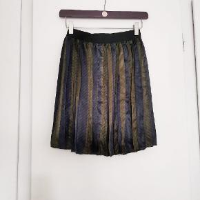 Plisseret nederdel i fineste efterårsfarver