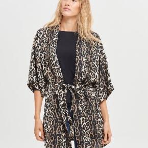 Fin leo kimono. Brugt ganske lidt. Fremstår ny.