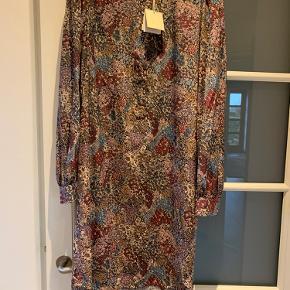 Heartmade Mistal Kjole Flower Print fra den nye efterårskollektion. Skjortekjole i silke.  Kom også gerne med bud - men gerne realistiske!