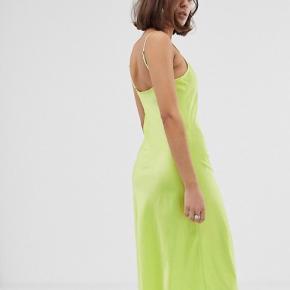 Neongrøn kjole fra Bershka, som er købt på Asos.  Den er brugt få gange og er derfor i super stand - ingen tydelige tegn på brug samt intet slid.  Skriv endelig for flere billeder eller eventuelle bud:))  - Røgfrit hjem.  Jeg forbeholder mig selvfølgelig retten til ikke at sælge, hvis rette bud ikke opnås.  #Secondchancesummer