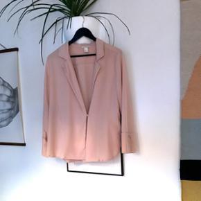 Bluse / skjorte jakke fra H&M i str 40. Brugt en enkel gang. Kan bruges åben eller lukket
