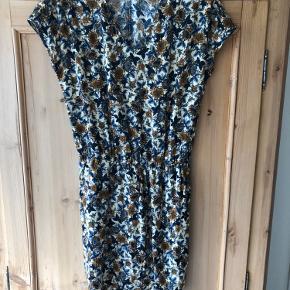 Pulz kjole. Mønster i blåt og brunt. Aldrig brugt.