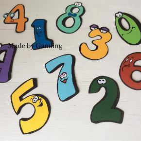"""Brand: Eget Design/skæreri Varetype: Tal - lær barnet at tælle :) Størrelse: se billede Farve: Multi  Lær barnet at tælle :-)   Sættes på væg/dør enten med elefantsnot eller dobbeltklæbende tape eller lad bruge dem """"løse"""" til at sætte tal sammen :)   Alt er håndskåret i kvalitets karton lige fra grundmodel til de små lapper og derefter samlet med giftfri lim :)  Motiv på den ene side   Alle mine papirklip er forstærket så de kan holde i mange år bare man passer på den ;)   Pris pr tal 6 kr eller alle 10 tal for 50pp :-)"""