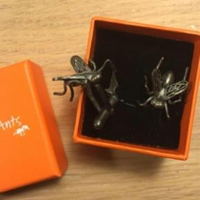 Brand: Bugs and Ants Varetype: Manchetknapper Farve: oxideret Sølv Oprindelig købspris: 1300 kr.  Bugs And Ants Fly Manchetknapper Oxideret