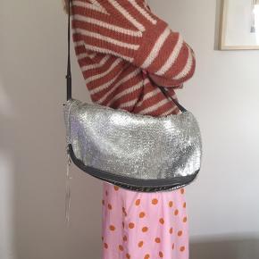 Smuk liebeskinds taske. Model: Naha New year Frin. Silver.  Nypris 1.499,00  Bud fra 500. Sender med DAO