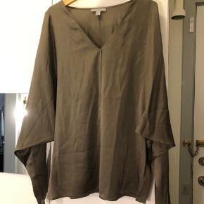 Grå silkeskjorte med et lilla skær og flagermuseærmer i størrelse 34 / XS 😍  92% silke  8% elastan