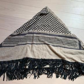 Lala Berlin triangle trinity fringed med sorte læderfrynser.  str. Large 210x142x142 I farven dune   Ny med varemærke og kvittering fra Laura Thomsen.  Nypris 5850 kr. Sælges for 3700 kr.  prisen er fast.