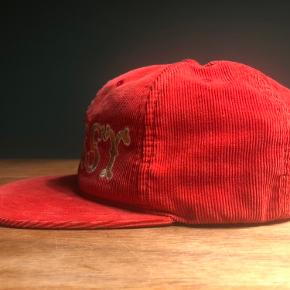 Super sjælden stussy cap i rød baby fløjl. Classic snapback aldrig solgt i Europa ingen andre i dk købt til sneaker event for 500