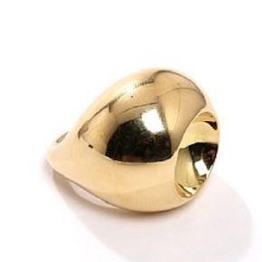 Den flotteste og klassiske Cave ring fra George Jensen.  Produktionen er undgået og ringen kan derfor ikke købes i handel mere.   Vægt ca 30 gram  St. 53. Brugt meget lidt.