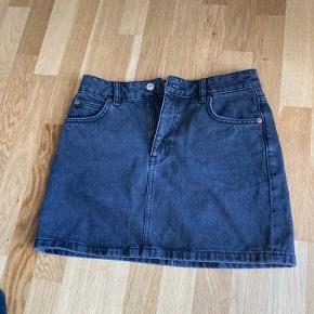 Must-have denim nederdel fra mango i str. xs. Fejler inter