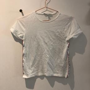 Enkel og fed T-shirt fra Givenchy i størrelse 10 år. T-shirten er brugt én enkelt gang, så næsten som ny.