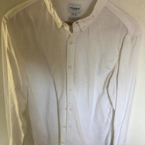 Lækker klassisk skjorte fra Pull & Bear i oxford kvalitet.  Farve: Ensfarvet hvid Kvalitet: 100% Bomuld  Bredde: 58cm. (Bryst) Længde: 81cm. (Ned over ryggen) Ærmelængde: 54cm. (fra armhulen og ned til manchetten)