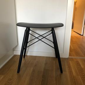 Sort skammel med fede detaljer   Har stået til pynt, og fremstår som ny!   Kan hentes i Århus C eller leveres mod aftale.