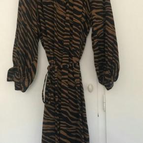 Lang maxi skjorte kjole . Købt for stor herinde. Brugt den gang. Den er str L . Jeg bruger str M. Den blev lidt for oversized til mig 😕