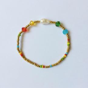 Håndlavet glasperle armbånd på elastik med ferskvandsperle ❤️  Eget mærke: Klia Jewellery  Kan også sendes med postnord som brev for 10 kr