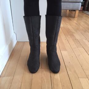Så fine og lune helforede støvler med lille kilehæl. Nyforsålet