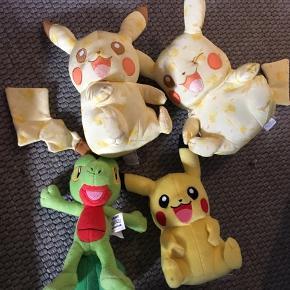 Pokemon bamser fra GAME shop. Kun stået til pynt. Dog navn på den grønnes hvide mærke. De 2 øverste har en nypris på 270kr   Sælges til 50kr stykket De 2 nederste har en nypris på 100kr 50kr samlet BYD  6710 sjelborg