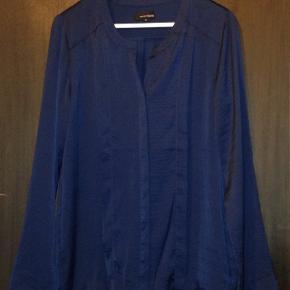 Lækker blød mørkeblå bluse fra Margit Brandt.  Købspris: 500 kr. Har aldrig været brugt.
