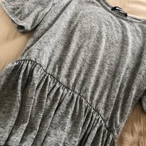 T shirt peplum fra missguided i small  God men brugt  Kan afhentes i århus eller sendes