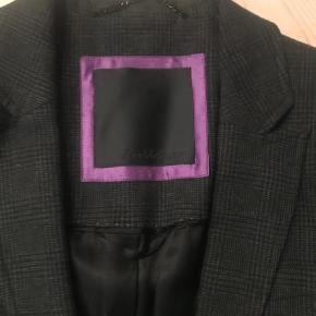 Varetype: Flot blazer fra Inwear Farve: Grå  Super flot blazer i gråtern. Der er et bælte med til den. Den er desværre købt for stor. Sender med DAO.