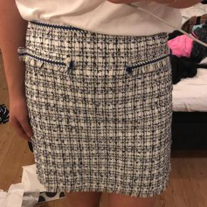 Nederdel fra H&M i str. L/40, men er en smule lille i str. Aldrig brugt. God til dig der bliver blå student til sommer 👩🏽🎓