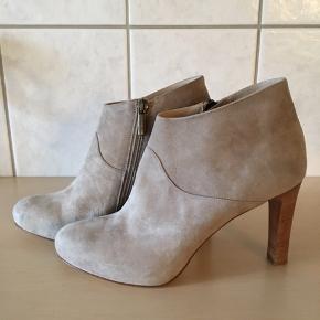 Helt igennem smukke støvler fra Apair i ruskind, brugt meget lidt.  Hælhøjde 9,5 cm