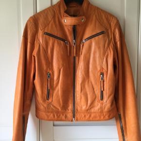 Den fedeste biker skindjakke i orange.. lækkert skind Forsendelse 39 kr med DAO  Fremstår som ny - og kommer fra røgfrit hjem