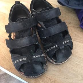 Sandaler købt sommer 2018, de er ikke meget brugt, men har fået noget slid ovenpå. Fra sand og støv. Angslus har en rågummibund, som bliver hurtig sort, desværre - men bunden er dog i sort men nærmest ikke slidt.
