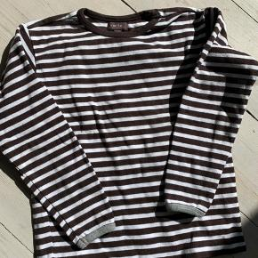 Langærmet t-shirt hvid/brun stribet. Grå ved ærmekant. Fin stand :)