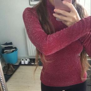 Rød bluse.  Str. Small  Aldrig brugt  Købt på Nelly  Kan hentes på Frederiksberg