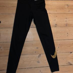 Sorte Nike tights med guld Nike logo på siden af legen, næsten som ny Ville sige de passer en xs