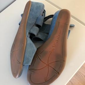 Blødeste sandal i ruskind og meget behagelig at have på. Str svarende Bytter ikke Mp 350kr pp