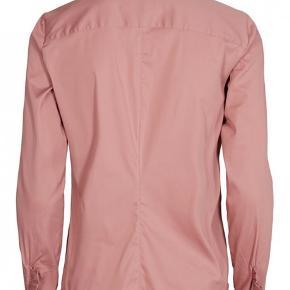 STYLE: MATTIE SHIRT   Lækker mattie skjorte fra MOS MOSH i rosa og med flæsedetalje ved ærmet.