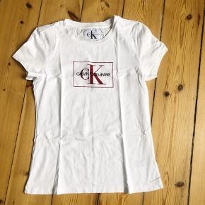 Gul og Hvid Calvin Klein t-shirt  Nypris: 400 kr./stk. Sælges for 150 kr./stk. eller begge for 250 kr.  Begge er brugt 1 gang, men desværre købt for små, hvorfor de sælges.   Begge er en str. M, men de er små i størrelsen og passer en small.  Ingen bytte og fast pris.