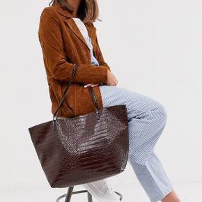 Brugt 1 gang 🤎 Ikke ægte læder.   L: 50 cm H: 30 cm D: 15 cm  Hele stroppen måler 63 cm, og er ca. 29 cm fra skulder til taske når man bærer den på skulderen 😊