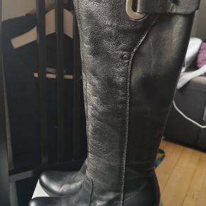 Kalvelæderstøvler fra Billi Bi med slankt skaft. Brugt meget få gange