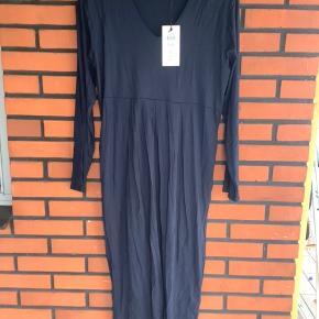 Helt ny Nabla kjole som jeg har købt til en konfirmation, men tabte mig inden så kjolen var for stor. Farven er en flot dyb blå Sælges nu som helt ny