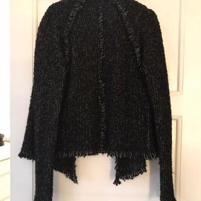 Smuk rå jakke i uldblanding. Med rå og frynsede ender. Som ny.  Ingen foto m på Kun salg via køb nu Fast pris ex lev