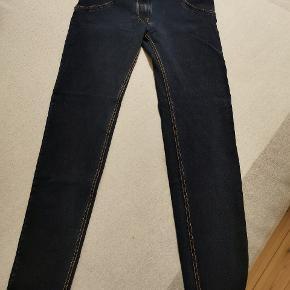 To flotte par Freddy WR. UP jeans med midwaist i størrelse L i henholdsvis denim blå og denim lys (ser lidt anderledes ud på billederne pga lyset).  Det mørke par er aldrig gået med, ikke engang prøvet på. Det lyse par er kun gået med en enkelt gang.  Nypris pr. Par var 1099,- Sælges til 600,- pr. par  Eller 1100,- samlet  Sendes på købers regning.
