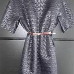 Varetype: kjole Farve: sort/blå Oprindelig købspris: 2200 kr.  Super flot kjole, bred model, med aftageligt lak bælte i rød. Størrelsen er stor så svarer mere til 40 synes jeg, men hedder 38
