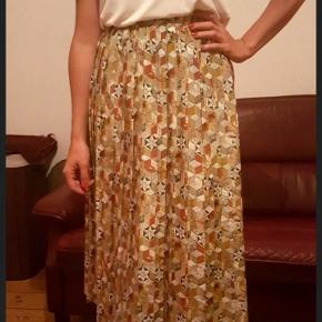 Amazing retro / vintage skirt. It is in a great condition. The material doesn't need ironing. Super easy to maintain 🙌