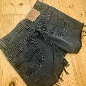 Super fine sorte/mørkegrå shorts fra Levi's, købt vintage.  Fejler ikke noget.  Passer en en lille 34 - 32.  De er en smule små til mig i lårene, og jeg bruger normalt str 34/xs.  Nypris: 250kr