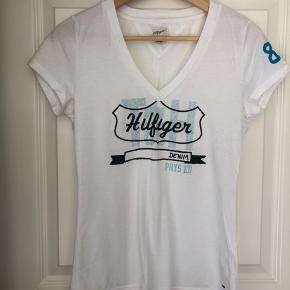 T-shirt i str L er ikke stor i str.  Den er godt brugt men kan stadig bruges