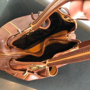 DKNY taske .. ikke brugt så meget, men har selvfølgelig lidt brugsspor. God indretning. Fra røg og dyrefrit hjem. Åben for bud ved hurtig handel..